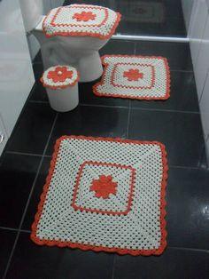 jogo de banheiro completo, confeccionado a mão com fios de barbante número 6 nas cores cru e laranja. R$ 100,00