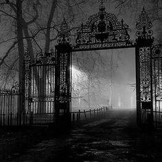 """Una maravillosa y antigua puerta al """"Camoposanto"""""""
