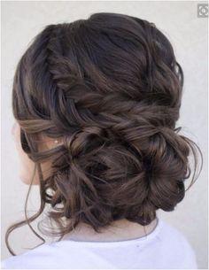 Acconciatura per capelli raccolti da sposa con treccia e gioco di intrecci