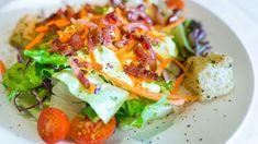 Insalata estiva con pomodorini carote crostini cavolo viola e pancetta croccante