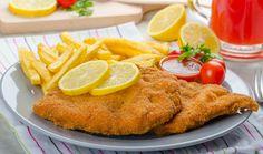 Schnitzel mit Pommes / Eines der  beliebtesten Gerichte in Deutschland und das nicht nur bei Kindern. Doch es ist gar nicht so einfach, ein Schnitzel dünn, knusprig und zart aus der Pfanne zu bekommen. Wir verraten Schritt für Schritt wie man ein Schnitzel erst flach klopft, paniert und dann perfekt in der Pfanne brät. Dazu gibt es einen Gurken-Kartoffelsalat, auch schrittweise erklärt. Rezept: http://www.daskochrezept.de/kochschule/kochschule-schnitzel-braten_151568.html