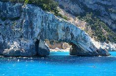 it-orosei-tour-sardegna-meravigliosa-la-magia-di-tiscali-le-splendide-spiagge-di-cala-luna-22bd6.jpg (549×364)