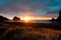Chris Zielecki - Throwback to an epic sunset in Piha beach. Beach Photography, Travel Photography, Nz History, New Zealand Houses, Sunny Beach, Amazing Sunsets, Stunning View, Monument Valley, Places To Go