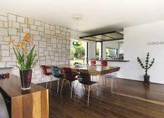 La cocina puede integrarse a la zona social o cerrarse completamente gracias al plano de madera abatible que se instaló sobre el mostrador.