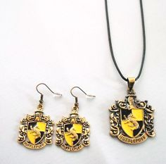 Harry Potter Hufflepuff Crest Pendant And Earing Set Mode Harry Potter, Harry Potter School, Harry Potter Aesthetic, Harry Potter Outfits, Harry Potter Facts, Harry Potter Movies, Harry Potter Hogwarts, Harry And Hermione Fanfiction, Hp Fanfiction