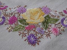 Très jolie nappe brodée de roses et bouquet d'asters
