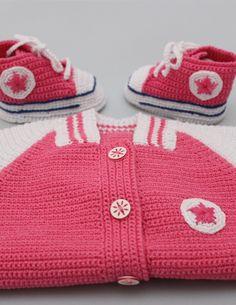 Preciosa beisbolera de crochet, hecha a mano. Disponible en negro, rosa, azul, azul claro y morado. Se pueden encargar otros colores y tallas. Crochet Bebe, Crochet For Kids, Baby Booties, Baby Shoes, Baby Dress, Lana, Crochet Patterns, Converse, Slippers