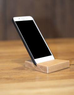 Praktisch und wunderschön. Dieser Smartphoneständer ist einfach ein Hingucker für jeden Schreibtisch. Montage, Phone, Self, Carpentry, Made To Measure Furniture, Timber Table, Writing Desk, Picture Frame, Hang In There