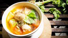 Hühnersuppe  Sie ist das Hausmittel schlechthin bei Erkältung. Doch die Hühnersuppe kann mehr als das. Studien zufolge senkt sie den Blutdruck, stärkt das Immunsystem und lindert sogar Katerbeschwerden. Eine leckere Hühnersuppe ist nichts für Eilige, denn zunächst muss das Suppenhuhn als Grundlage mehrere Stunden in Wasser und Zutaten wie Lauch, Sellerie, Nelken, Piment und Pfeffer kochen. Anschließend häuten Sie das Hühnchen und schneiden das Fleisch in mundgerechte Stücke. Nun können Sie…