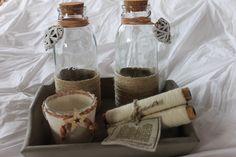 Dienblad met 2 flessen (deels) voorzien van touw, kurken dop en hartje aan lederen koord. Tevens windlichtje bekleed met touwwol en lederen koord, ook voorzien van decoratie. Aanvullend garenklosjes van Het Grachtenpand toegevoegd.