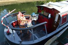 A traditional 1977 narrowboat in London, England. Mini Loft, Canal Boat Interior, Canal Barge, Narrowboat Interiors, Shanty Boat, Dutch Barge, Living On A Boat, Tiny House Swoon, Narrow House