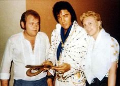 Elvis backstage with fans at the Las Vegas Hilton in august 31 1973