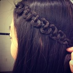 Snake braid - Do a regular 3 strand braid and once you reach the bottom hold tight to the middle strand and slide the other 2 strands up - love doing this to my hair, it looks sweet. Snake Braid, Tips Belleza, About Hair, Great Hair, Awesome Hair, Looks Cool, Hair Dos, Pretty Hairstyles, Easy Hairstyles
