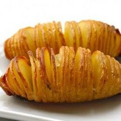 Swedish version of baked potatoes. (Hasselback Potatoes) Sliced baked potatoes: thinly slice almost all the way through. drizzle with butter, olive oil, salt and pepper. bake at 425 for about 40 min. I Love Food, Good Food, Yummy Food, Hasselback Potatoes, Sliced Potatoes, Roasted Potatoes, Cook Potatoes, Crispy Potatoes, Vegetarian Recipes