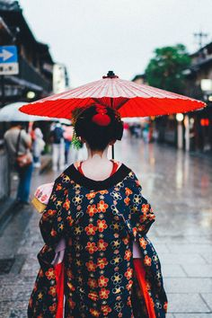 Geisha in Kyoto. Travel in Japan. If you visit Kyoto you will quickly discover the geisha. Things to do in Kyoto - watch geisha! Nagasaki, Hiroshima, Japon Tokyo, Kyoto Japan, Okinawa Japan, Japan Travel Guide, Asia Travel, Solo Travel, Yokohama