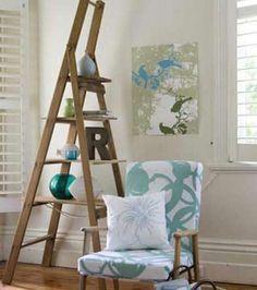 Escalera de mano color madera para decorar