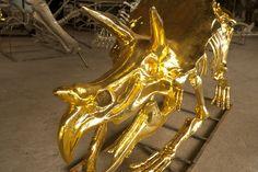 La galerie de l'évolution de Louis Vuitton http://www.vogue.fr/mode/news-mode/diaporama/la-galerie-de-l-evolution-de-louis-vuitton/13891#!dinosaure-de-couleur-or-element-des-nouvelles-vitrines-louis-vuitton