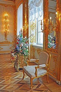 PLEASE, no multi invitations in your comments. Just a picture I liked because of the flowers. Not many more of the palace. Palace Interior, Mansion Interior, Interior Styling, Interior Decorating, Amber Room, Summer Palace, Luxury Kitchen Design, Beautiful Interiors, Architecture Details