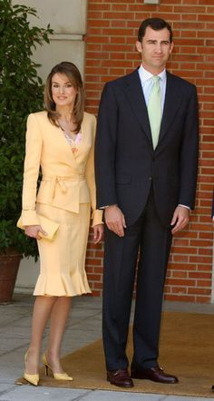 princess letizia e felipe varela Princess Letizia, Queen Letizia, Yellow Suit, Yellow Dress, Looks Kate Middleton, Princess Of Spain, Estilo Real, Queen Dress, Mode Hijab
