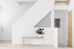 Minimalism is a thing. More and more people is questioning the way we live and consume, and moving towards a more simple life at all levels. This house of the week is a great example of this trend.…