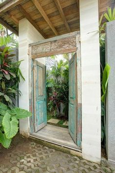 Blending the Balinese aesthetic with contemporay architecture. Tropical Architecture, Amazing Architecture, Landscape Architecture, Architecture Design, Front Gates, Entrance Gates, House Entrance, Entrance Ideas, Balinese Garden