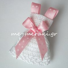 Handmade mpomponiera for christening. Μπομπονιέρα βάπτισης χειροποίητο πλεκτό φορεματάκι, με σατέν κορδελίτσα. Με Μεράκι Μπομπονιέρες www.me-meraki.gr Me Meraki Mpomponieres