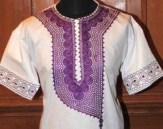 Top africaine. En tissu noir.  Broderie or  Il est fait à partir dun tissu de coton.  Le motif de broderie est très détaillé.  Petite taille -
