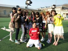 4minute strike a pose with the staff of Saturday Night Live Korea