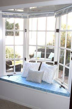 Making this for breakfast room: The Smitten Mintons: No Sew Window Seat Cushion Window Seat Storage Bench, Window Seat Cushions, Window Benches, Window Seats, Floor Cushions, Diy Cushion, Cushion Fabric, Decoration, Diy Home Decor