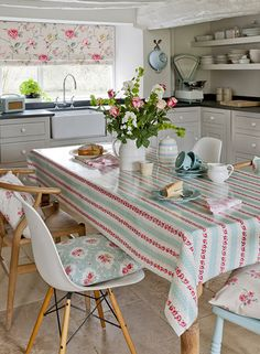 vintage+fabric+for+kitchems | Country room: vintage-style kitchen