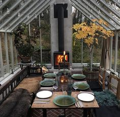 Beat the cold & heat. Insulate this greenhouse-like 3 season to invite your family for a new (hipster) dinner (meal). - greenhouse Beat the cold & heat. Insulate this greenhouse-like 3 season to invite your family for a new (hipster) dinner (meal Patio Interior, Interior And Exterior, Outdoor Spaces, Outdoor Living, Outdoor Decor, Indoor Outdoor, Patio Grande, Outdoor Kitchen Design, Sunroom Kitchen