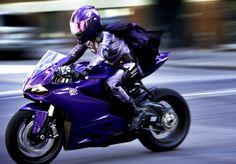 ドゥカティ、映画コラボ第一弾 ヒット・ガールが紫色のドゥカティに乗って しかもセクシーになって帰ってきたよ! | ウェビック ニュース