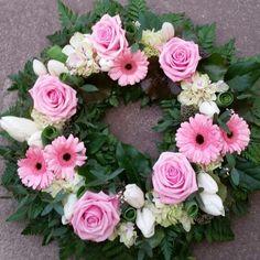 Avslutar denna blåsiga tisdag med en bild på en begravningskrans. Här har vi fått helt fria händer att skapa i rosa och vita toner.... #lillahultsblommor #gjordmedkärlek #sorgbinderi #krans
