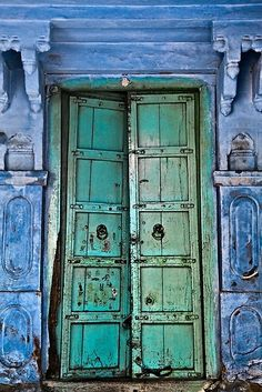 Antiga porta de cor turquesa. ..rh