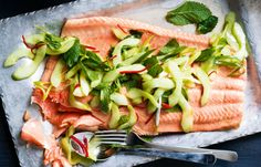Gepocheerde zalm smaakt veel subtieler dan gebakken of gerookte zalm. Maak dit gerecht met een frisse komkommersalade erbij.