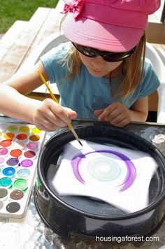 Create some spin art. how to paint plates the traditional craft way or create interesting patterns on backing paper , great fun skill to teach teens and at craft workshops Summer Crafts, Summer Fun, Fun Crafts, Crafts For Kids, Arts And Crafts, Preschool Art, Elementary Art, Teaching Art, Art Lessons