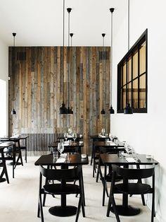 Restaurante e Parede Revestida de Madeira