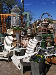Sweet Salvage on Sweet Gang Play Day Fascinating decorative process. Antique Booth Displays, Vintage Display, Garden Furniture, Outdoor Furniture Sets, Outdoor Decor, Store Displays, Boutique Displays, Boutique Ideas, Flea Market Finds