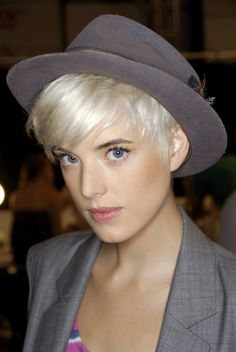 Do you want a new trendy haircut for the spring-summer 2019 season? Well, one of the most trendy haircuts this year is the pixie haircut. Hats For Short Hair, Short Hair Cuts, Short Hair Styles, Pixie Hairstyles, Pixie Haircut, Bad Hair, Hair Day, Agyness Deyn, Brown Blonde Hair