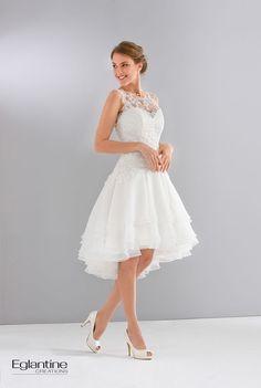Short Wedding Dresses : Robe de mariée courte avec jupe à volants et bustier en guipure. Le décolleté dos est profond et orné de dentelle. Boutonnage dos. Disponible en ivoire et en blanc