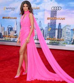 Poderia ser um marca texto ambulante mas é @zendaya maravilhosa na première de Homem Aranha em Los Angeles! E esse movimento pink hein?! Hoje teve post sobre a overdose da cor no Fashionismo linknabio! #zendaya