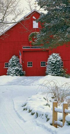 Red barn at Christmas Christmas Scenes, Noel Christmas, Country Christmas, Winter Christmas, All Things Christmas, Christmas Dance, Country Barns, Country Life, Country Decor