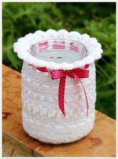 Knitting Patterns Gifts Lantern wrapped cucumber glass – crochet pattern of 'Ina knits' Thread Crochet, Crochet Crafts, Crochet Projects, Diy Projects, Mason Jar Crafts, Mason Jars, Crochet Jar Covers, Knitting Patterns, Crochet Patterns