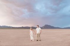 Desert elopement at the Dry Lake Bed, wedding ceremony. photo: Susie & Will, Las Vegas officiant: Peachy Keen Unions.