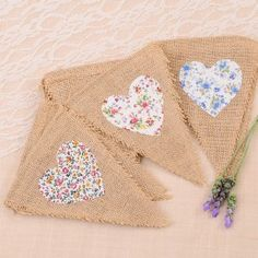 Banderin de yute y corazones de tela de flores Burlap Projects, Burlap Crafts, Sewing Projects, Bunting Garland, Bunting Banner, Pennant Banners, Baby Shower Vintage, Fabric Garland, Diy Banner