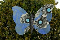 Wünderschöner Schmetterling aus frostfester Keramik. Mit viel Liebe von Hand modelliert und glasiert. Dieser Schmetterling wird einfach auf einen Eisenstab mit dem Durchmesser 8 mm gesteckt. Der...