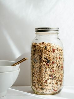 This no-uss muesli recipe is gluten free, super easy and ready in under 5 minutes! Leran how to eat muesli as a quick cereal or overnight oats, both are. Delicious Vegan Recipes, Yummy Food, Healthy Recipes, Vanilla Chia Pudding, Whole Food Recipes, Cooking Recipes, Vegan Meal Prep, Vegetarian Meal, Kitchen