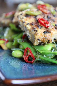 Tofu, niet iedereen is er dol op. Het heeft immers een vlakke smaak (of beter gezegd: geen smaak). Daarom vind ik het juist zo'n mooi product. Je kunt immers je eigen smaken aan toevoegen en de tof...