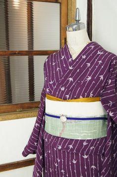こっくりと深い落ち着いた紫の地に、ろうけつ染めを思わせる味わい深いタッチで染め出された繊細な笹ストライプが粋な風情をさそう単着物です。