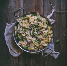 Creamy Bow-Tie Pasta with Mushrooms & Asparagus - Adventures in Cooking Pasta Recipes, Dinner Recipes, Cooking Recipes, Dinner Ideas, Vegetarian Recipes, Healthy Recipes, Mushroom Pasta, Spaghetti, The Fresh